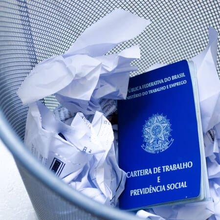 carteira de trabalho no lixo